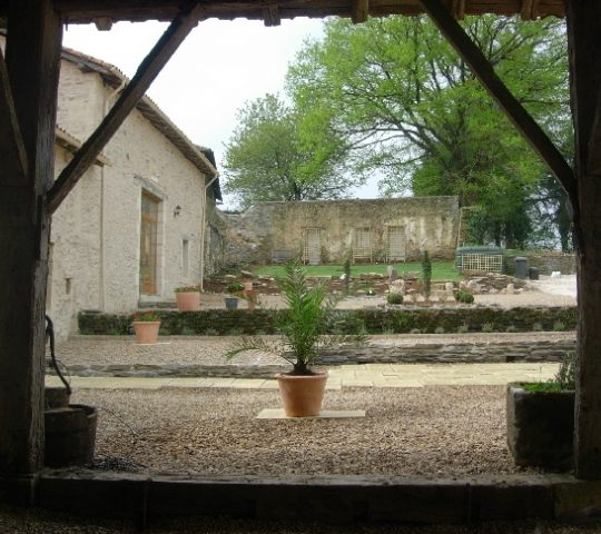 http://www.puyravaudcarp.com/wp-content/uploads/2016/08/courtyard_20100427_1866035333-540x480.jpg