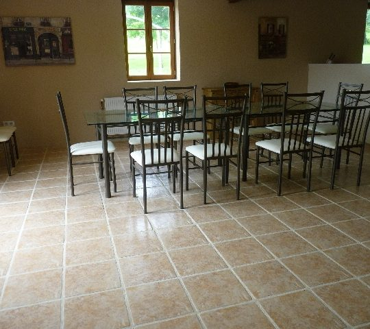 http://www.puyravaudcarp.com/wp-content/uploads/2016/08/dining_room_in_barn_20100621_1884008842-540x480.jpg