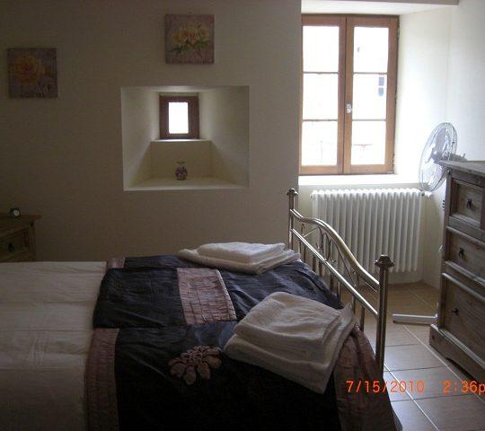http://www.puyravaudcarp.com/wp-content/uploads/2016/08/downstairs_bedroom_20110918_1944390485-540x480.jpg