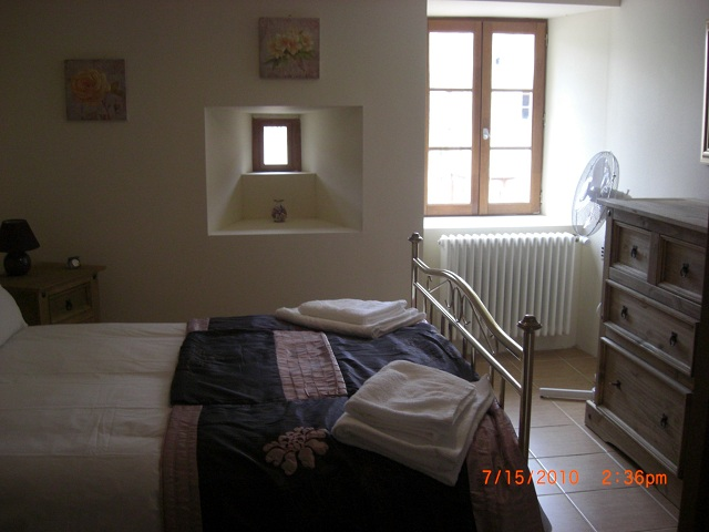 http://www.puyravaudcarp.com/wp-content/uploads/2016/08/downstairs_bedroom_20110918_1944390485.jpg