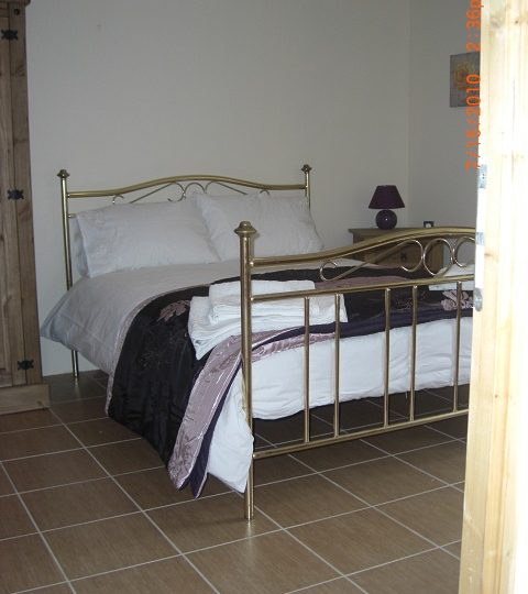http://www.puyravaudcarp.com/wp-content/uploads/2016/08/downstairs_double_bedroom_20110918_1614631249-480x540.jpg