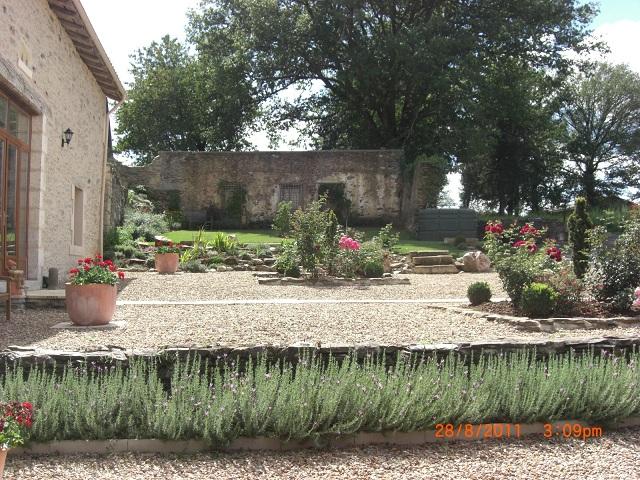 http://www.puyravaudcarp.com/wp-content/uploads/2016/08/front_garden_20110918_1265905934.jpg