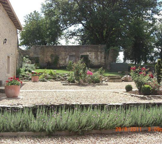 http://www.puyravaudcarp.com/wp-content/uploads/2016/08/front_garden_20110918_1425301903-540x480.jpg
